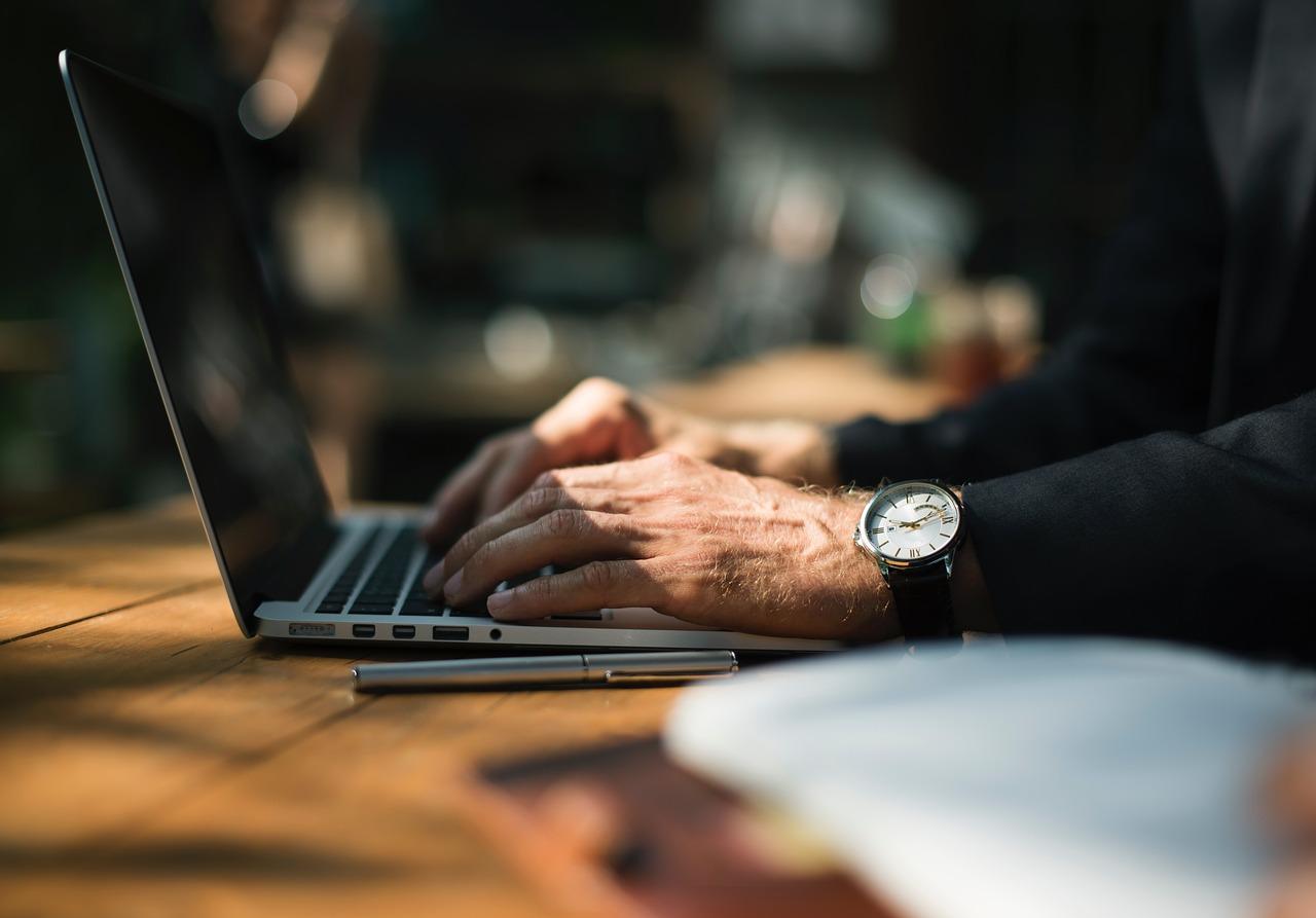 Dobry laptop biznesowy musi być nie tylko ergonomiczny, poręczny i lekki, ale dodatkowo długo działać na baterii i oferować świetną wydajność.